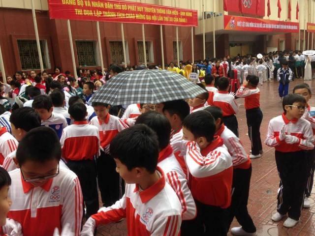 Cha mẹ bức xúc cảnh con em đội mưa chờ diễu hành - ảnh 3
