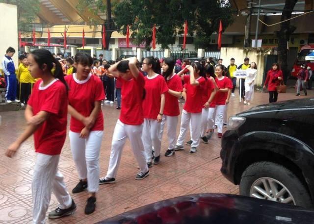 Cha mẹ bức xúc cảnh con em đội mưa chờ diễu hành - ảnh 4