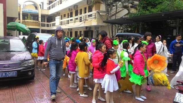 Cha mẹ bức xúc cảnh con em đội mưa chờ diễu hành - ảnh 2