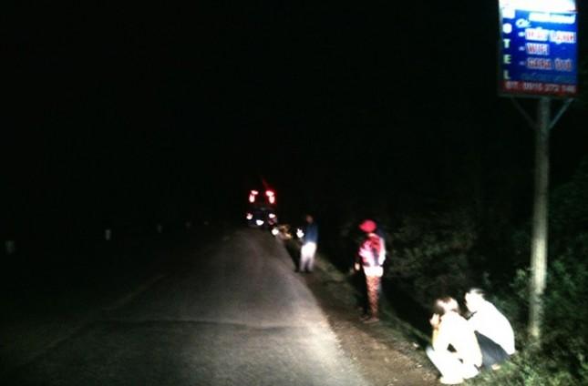 Đối đầu xe khách, 2 thanh niên văng xuống vực, tử vong - ảnh 1