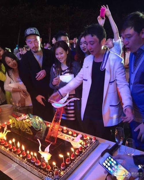 Thiếu gia Trung Quốc chơi trội mời 150 người mẫu đến dự sinh nhật - ảnh 4