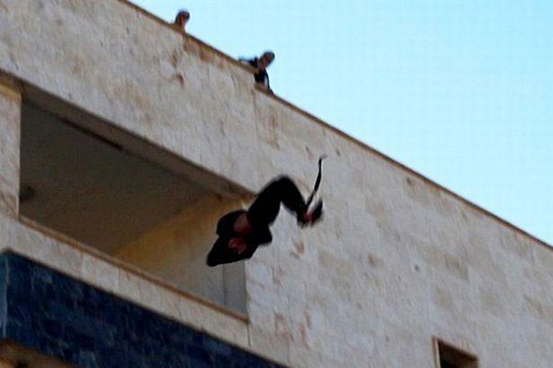 Bị ném từ trên mái nhà vì quan hệ đồng tính với thủ lĩnh IS - ảnh 1