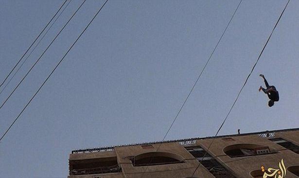 Bị ném từ trên mái nhà vì quan hệ đồng tính với thủ lĩnh IS - ảnh 2