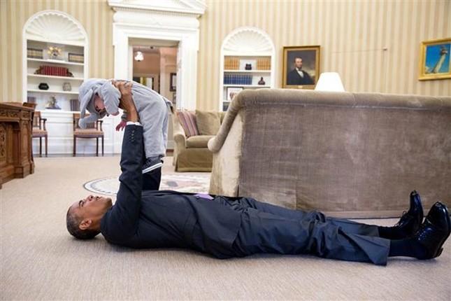 Khoảnh khắc đời thường ấn tượng nhất 2015 của Tổng thống Mỹ Obama - ảnh 1