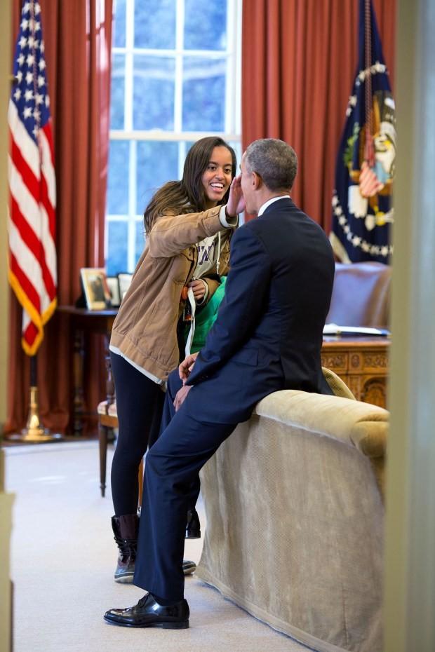 Khoảnh khắc đời thường ấn tượng nhất 2015 của Tổng thống Mỹ Obama - ảnh 2