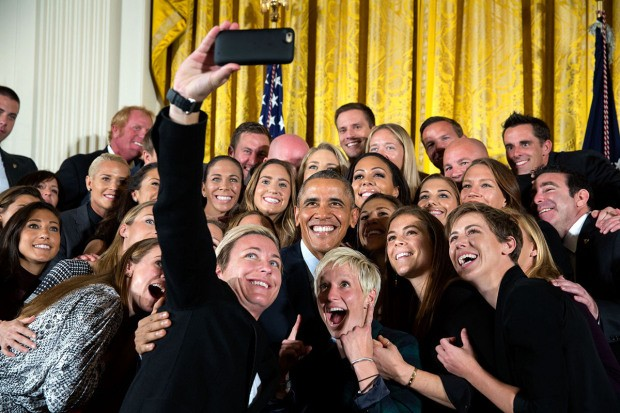 Khoảnh khắc đời thường ấn tượng nhất 2015 của Tổng thống Mỹ Obama - ảnh 9