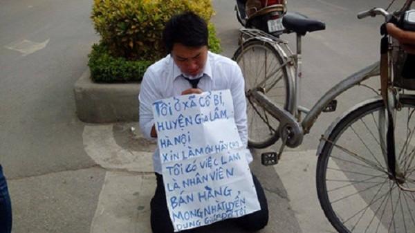 Thanh niên quỳ trước cổng VTV xin làm nhân viên bán hàng - ảnh 1