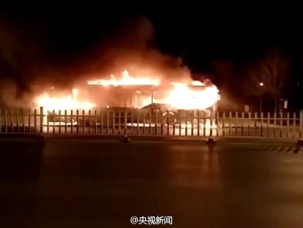 Xe buýt bất ngờ bốc cháy, 46 người thương vong - ảnh 1
