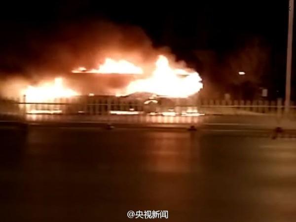 Xe buýt bất ngờ bốc cháy, 46 người thương vong - ảnh 2