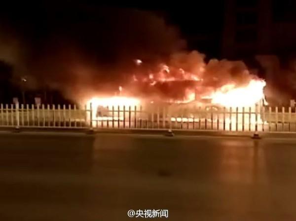 Xe buýt bất ngờ bốc cháy, 46 người thương vong - ảnh 3