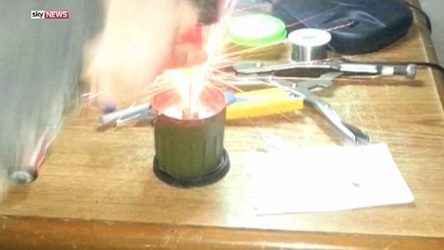 IS tung video hướng dẫn công nghệ chế tạo xe đánh bom cực nguy hiểm - ảnh 6