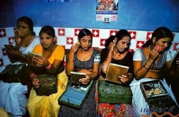 Ấn Độ: Thiếu nữ bán trinh lấy tiền khao cả làng - ảnh 2