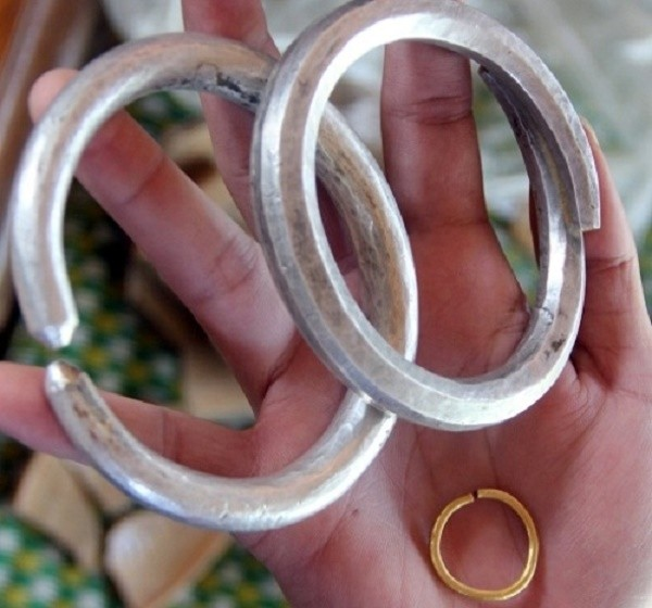 Nghệ An: Đào móng nhà, sung sướng phát hiện hũ chứa vàng - ảnh 1
