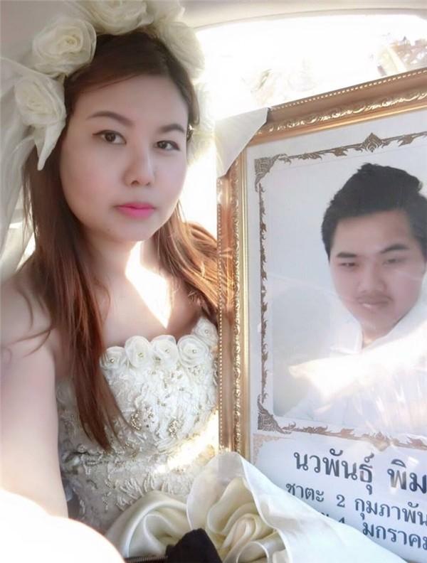 Xót xa trước cảnh cô gái mặc áo cưới trong đám tang của người yêu - ảnh 1