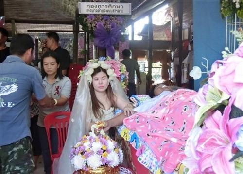 Xót xa trước cảnh cô gái mặc áo cưới trong đám tang của người yêu - ảnh 2