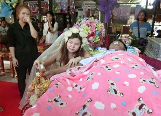 Xót xa trước cảnh cô gái mặc áo cưới trong đám tang của người yêu - ảnh 4