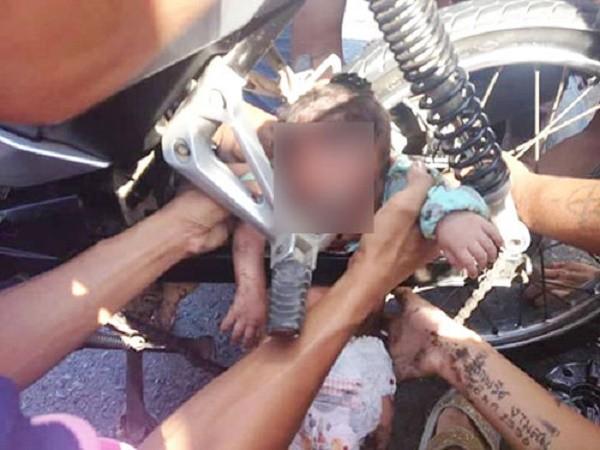 Khăn bị cuốn vào bánh xe máy, bé 1 tháng tuổi tử vong - ảnh 1
