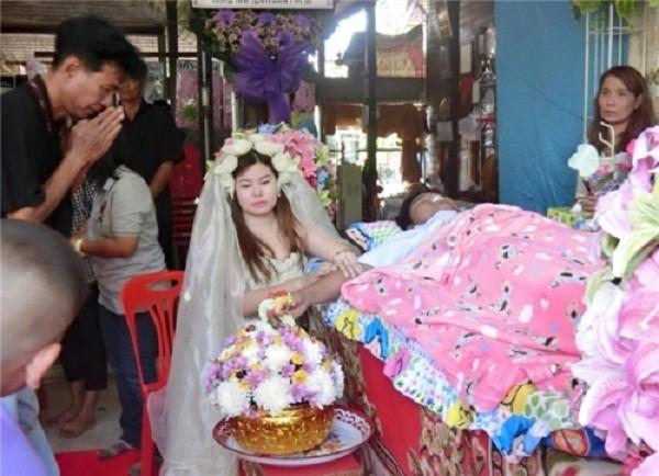 Rơi nước mắt cô gái trẻ mặc áo cưới trong đám tang người yêu - ảnh 1