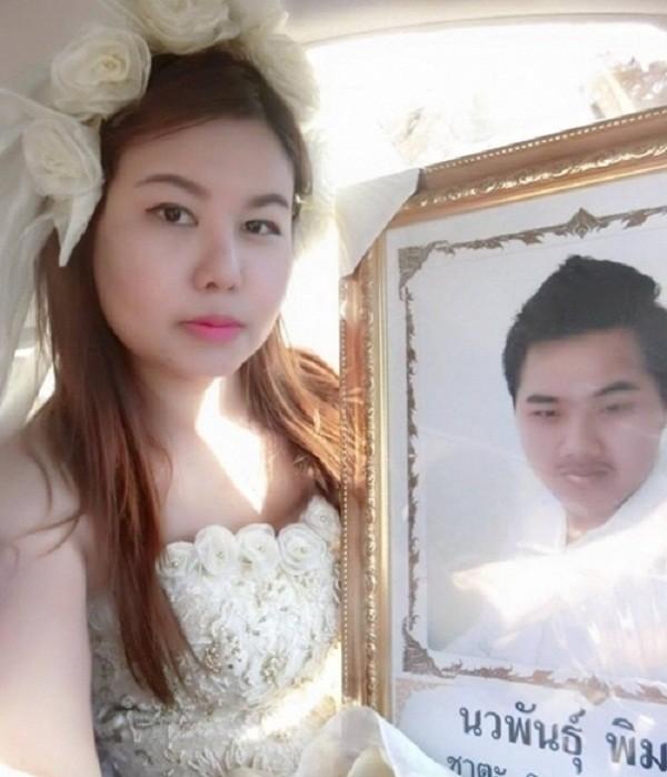 Rơi nước mắt cô gái trẻ mặc áo cưới trong đám tang người yêu - ảnh 2