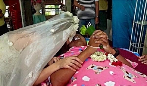 Rơi nước mắt cô gái trẻ mặc áo cưới trong đám tang người yêu - ảnh 5