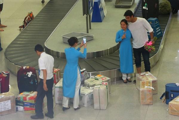 Chồng 'cô dâu 8 tuổi' được fan vây kín ở sân bay - ảnh 1