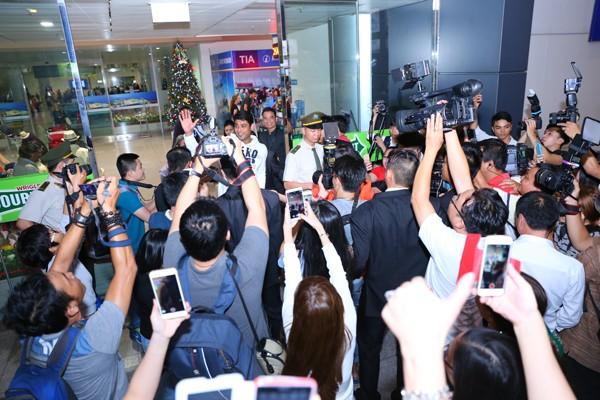 Chồng 'cô dâu 8 tuổi' được fan vây kín ở sân bay - ảnh 3