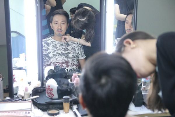 Hoài Linh phờ phạc cạo râu trong hậu trường