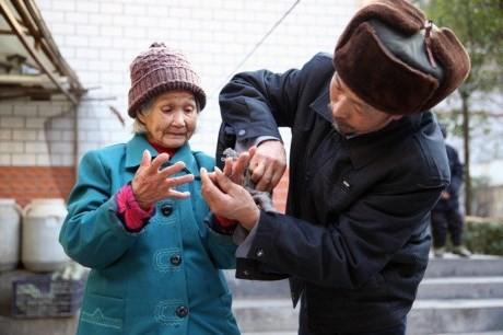Vợ chồng già được người giấu mặt tặng nhẫn kim cương giá 70 triệu - ảnh 1