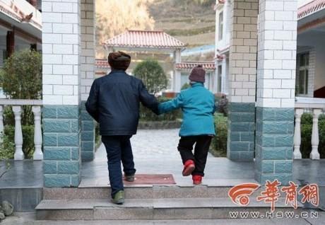 Vợ chồng già được người giấu mặt tặng nhẫn kim cương giá 70 triệu - ảnh 4
