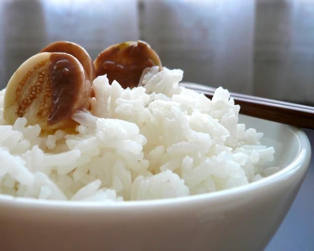 7 sai lầm 'chết người' khi ăn cơm người Việt nào cũng mắc - ảnh 2