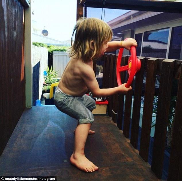Phát sốt với thân hình sáu múi nở nang của cậu bé 3 tuổi - ảnh 2