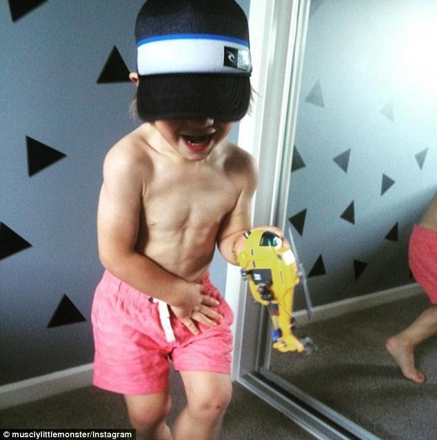 Phát sốt với thân hình sáu múi nở nang của cậu bé 3 tuổi - ảnh 4