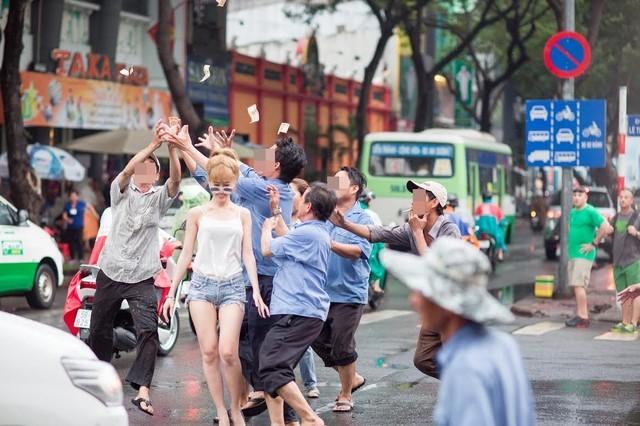 Thanh niên dán tiền khắp người cho dân giật giữa Sài Gòn - ảnh 3