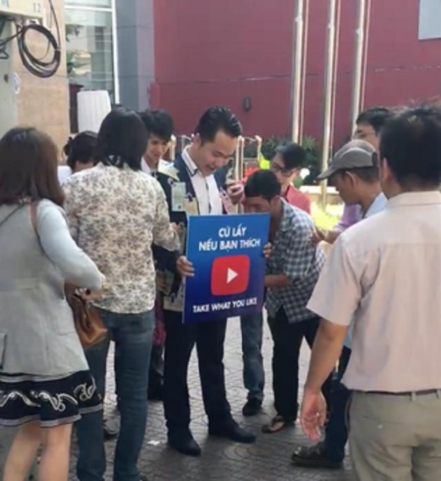 Thanh niên dán tiền khắp người cho dân giật giữa Sài Gòn - ảnh 2