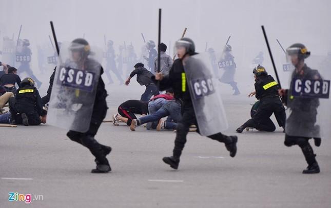 Tình huống thực binh chống bạo động bảo vệ Đại hội Đảng - ảnh 9