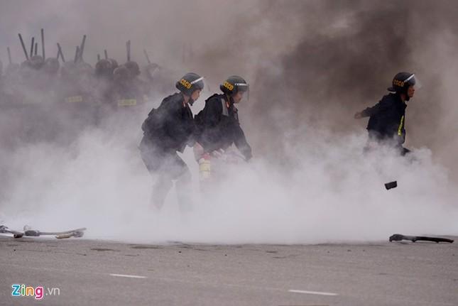 Tình huống thực binh chống bạo động bảo vệ Đại hội Đảng - ảnh 14
