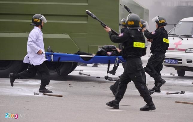 Tình huống thực binh chống bạo động bảo vệ Đại hội Đảng - ảnh 15