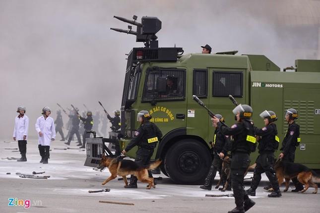 Tình huống thực binh chống bạo động bảo vệ Đại hội Đảng - ảnh 16