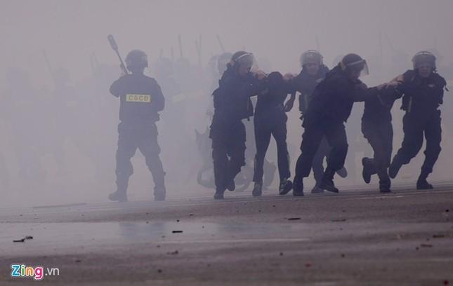 Tình huống thực binh chống bạo động bảo vệ Đại hội Đảng - ảnh 17