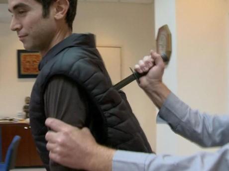 Thử nhầm áo giáp chống dao 'rởm', phóng viên bị đâm phải nhập viện - ảnh 1