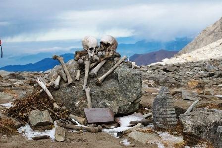 Bí ẩn hồ nước nổi với hàng trăm bộ xương người - ảnh 3