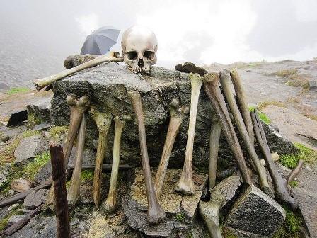 Bí ẩn hồ nước nổi với hàng trăm bộ xương người - ảnh 1