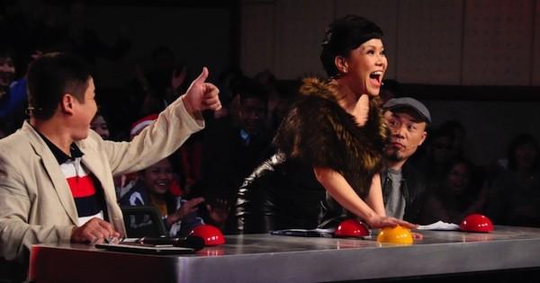 Vietnam's Got Talent: Việt Hương tặng thí sinh khiếm thị 'nút vàng' - ảnh 1
