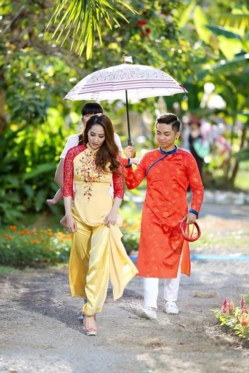 Phan Hiển chăm sóc Khánh Thi trong hậu trường chụp ảnh - ảnh 1