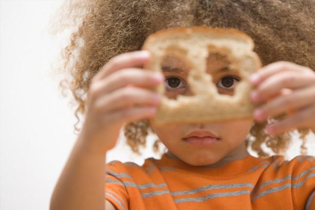 Ăn vỏ bánh mì nhiều sẽ khiến tóc trở nên xoăn hơn? - ảnh 1