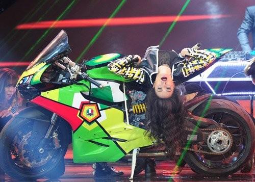 The Remix: Hoàng Thùy Linh mang xe mô tô lên sân khấu - ảnh 1