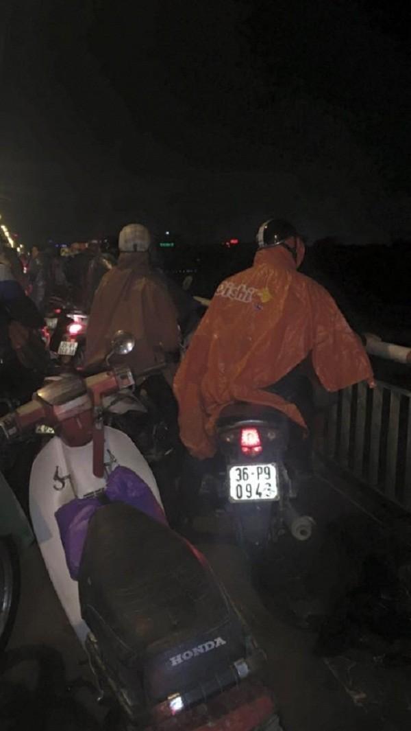 Đụng xe, thanh niên ngã văng từ cầu Chương Dương xuống sông Hồng  - ảnh 1