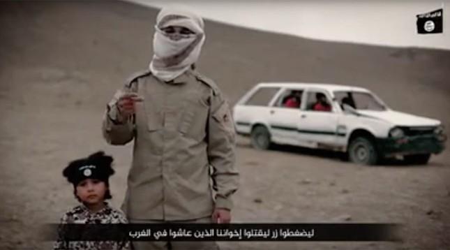 IS tung video sử dụng cậu bé 4 tuổi xử tử tù nhân - ảnh 1