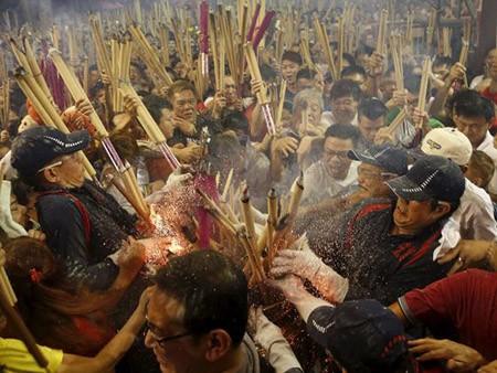 Dân Hong Kong nháo nhác vì thầy phong thủy phán năm Bính Thân - ảnh 1