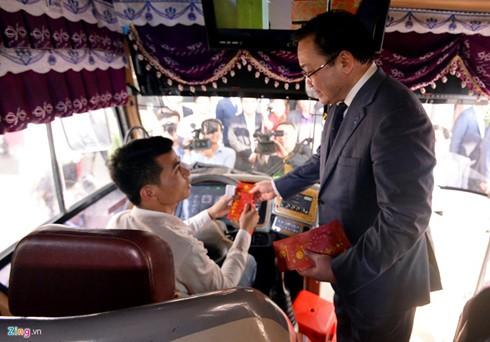 Bí thư Hà Nội Hoàng Trung Hải lì xì cho khách đi tàu xe - ảnh 2